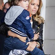 NLD/Amsterdam/20120604 - Vertrek Nederlands Elftal voor EK 2012, Sylvie van der Vaart met zoon Damian