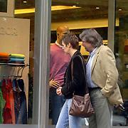 NLD/Laren/20060826 - Johan Derksen en partner Isabelle Pikaar winkelend in Laren