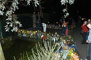 Fans leggen bloemen bij het huis van Andre Hazes in Vinkeveen. Andre Hazes overleed vrijdag 23 september aan een hartaanval.