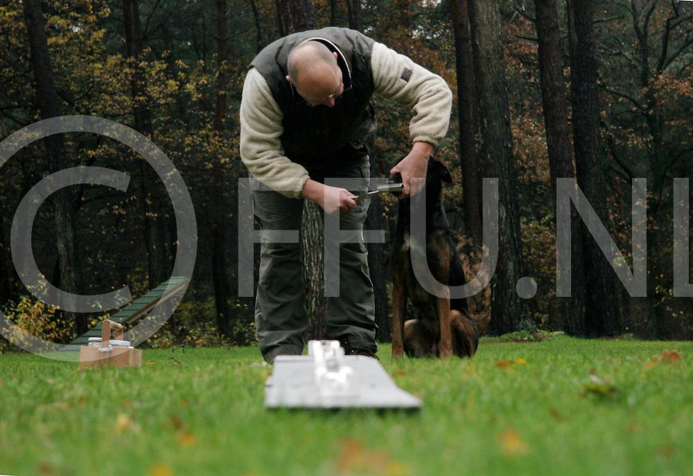 061123, lemelerveld, ned<br /> Bij hondenvereniging De Revierder word zaterdag een speciale wedstrijd gehouden voor speurhonden,<br /> Foto: Bert Rodink met zijn hond Rody<br /> fotografie frank uijlenbroek&copy;2006 jasper van der zwan