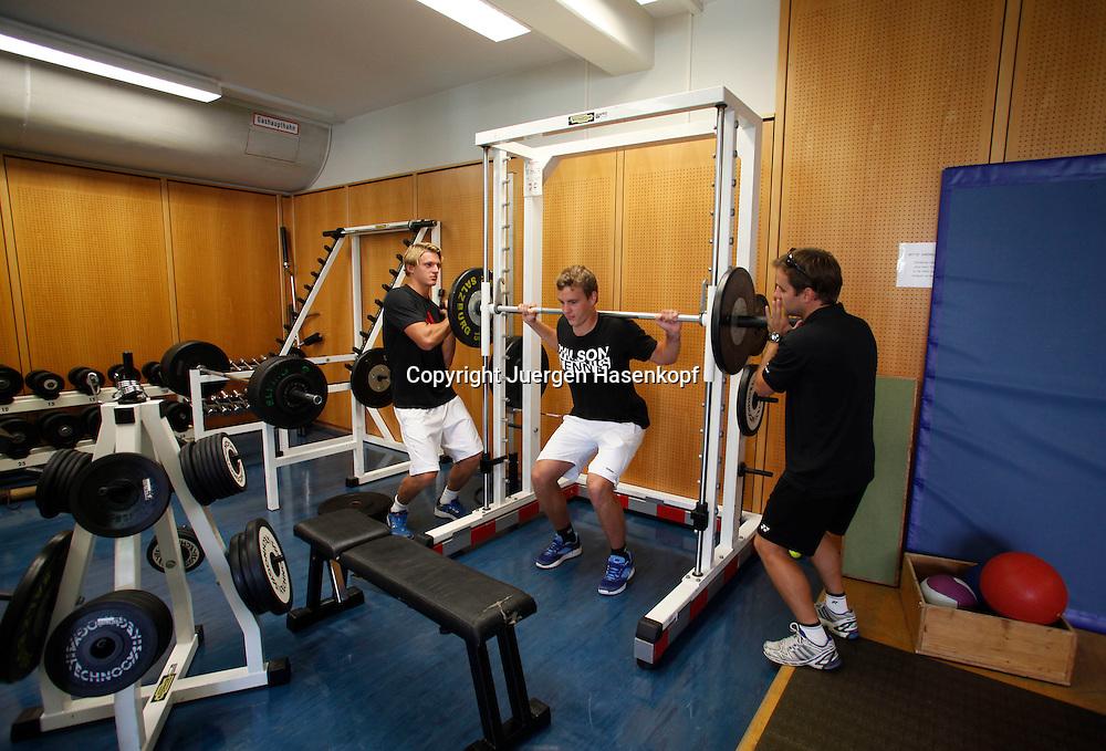 European Tennis Base (ETB) in Salzburg/AUT,L-R.  Robin Kern,Max Prongratz  und Dr. Johannes Landlinger (AUT) im Kraftraum,Training,<br /> Tennistrainingsstuetzpunkt, Talent Foerderung,