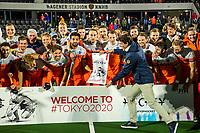 AMSTELVEEN - teamfoto Nederlands team  met Tom van Kuyk (Rabobank)  na de tweede  Olympische kwalificatiewedstrijd hockey mannen ,  Nederland-Pakistan (6-1). Oranje plaatst zich voor de Olympische Spelen 2020. COPYRIGHT  KOEN SUYK