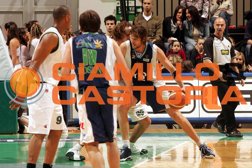 DESCRIZIONE : Siena Lega A1 2005-06 Montepaschi Siena Bt Roseto <br /> GIOCATORE : Casoli <br /> SQUADRA : Bt Roseto <br /> EVENTO : Campionato Lega A1 2005-2006 <br /> GARA : Montepaschi Siena Bt Roseto <br /> DATA : 11/05/2006 <br /> CATEGORIA : Penetrazione <br /> SPORT : Pallacanestro <br /> AUTORE : Agenzia Ciamillo-Castoria/P.Lazzeroni