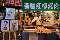 Chine, province du Shaanxi, ville de Xi'an, quartier Musulman Hui, le marché, vendeur de rue de plats cuisinés, vendeur de brochettes // China, Shaanxi province, Xian, Hui neighborhood, food market, kebab shop