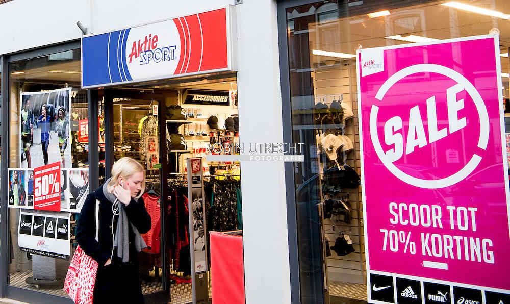 ROTTERDAM - aktie sport winkel  perrysport in perry sportwinkel in het centrum van rotterdam op de lijnbaan .Exterieur van een vestiging van Perry Sport. Het moederbedrijf van Perry Sport en Aktiesport zou uitstel van betaling hebben aangevraagd. failliet copyright robin utrecht