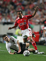 Photo: Lee Earle.<br /> Benfica v Manchester United. UEFA Champions League, Group F. 26/09/2006. United's Michael Carrick (L) brings down Leo.