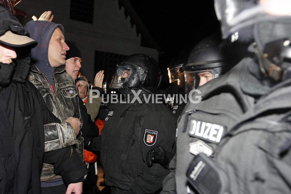 Die Polizei r&uuml;ckt kurz vor Mitternacht mit Wasserwerfern und R&auml;umfahrzeugen gegen das Camp in Metzingen vor. <br /> <br /> Ort: Metzingen<br /> Copyright: Andreas Conradt<br /> Quelle: PubliXviewinG