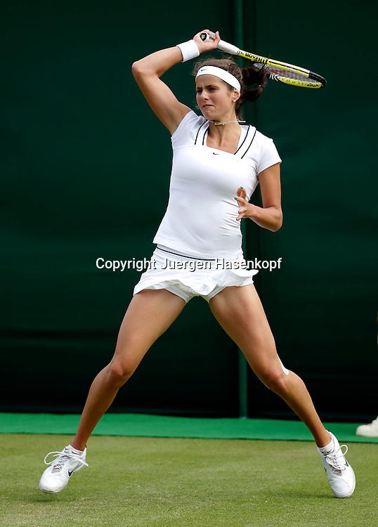 Wimbledon Championships 2011, AELTC,London,.ITF Grand Slam Tennis Tournament.Rasenturnier,.Julia Goerges (GER),Einzelbild,Aktion,Ganzkoerper,Hochformat,