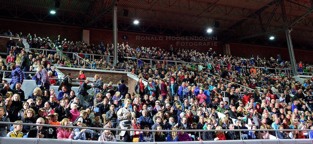05-09-2015 NED: Flame Games 2015, Amsterdam<br /> De sfeervolle derde editie van het unieke atletiekevenement trok duizenden sportliefhebbers naar het Olympisch Stadion / Publiek, toeschouwers, support