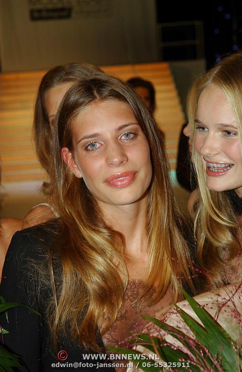 NLD/Amsterdam/20050908 - Finale Elite Modellook 2005, wannares Laura Holzhauer en Sofie Oosterwaal