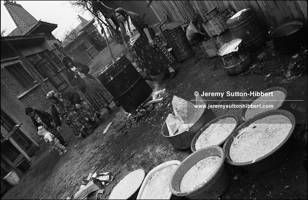 WAITING AS THEY MAKE SOAP. SINTESTI, ROMANIA. NOVEMBER 1996..©JEREMY SUTTON-HIBBERT 2000..TEL./FAX. +44-141-649-2912..TEL. +44-7831-138817.