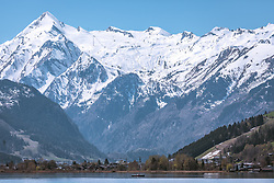 THEMENBILD - das schneebedeckte Kitzsteinhorn im Frühling und der Zeller See, aufgenommen am 20. April 2019, Zell am See, Österreich // the snow-covered Kitzsteinhorn in spring and the lake Zeller See on 2019/04/20, Zell am See, Austria. EXPA Pictures © 2019, PhotoCredit: EXPA/ Stefanie Oberhauser