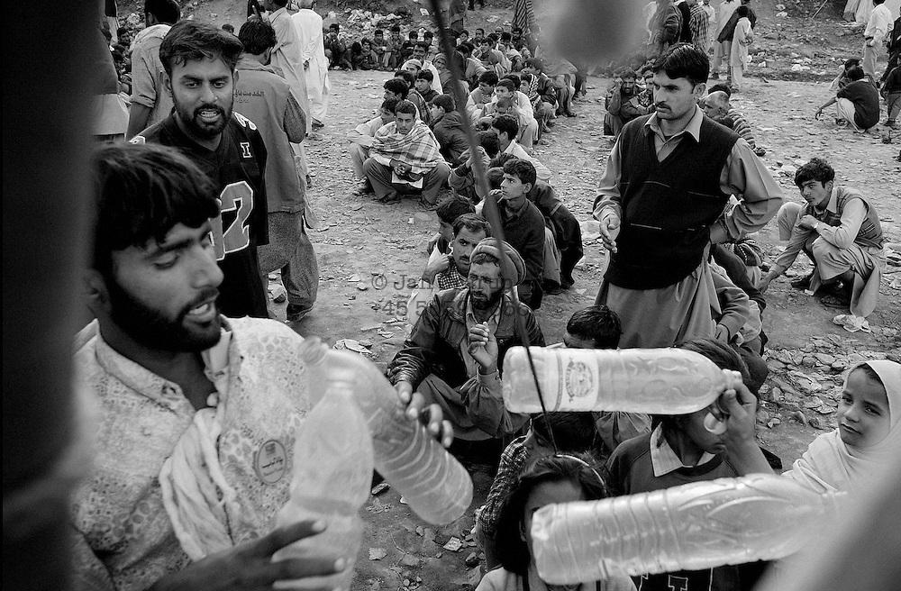 food distribution in a makeshift camp in Muzzafrabad.<br /> Muzz,Dec 2005