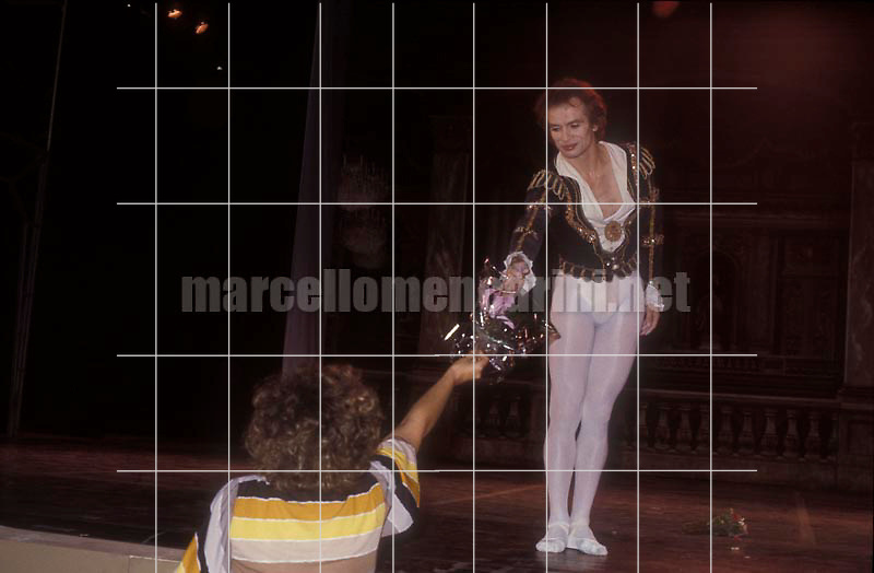 Russian ballet dancer Rudolph Nureyev receiving flowers after a ballet (about 1985) / Il ballerino Rudolph Nureyev (1985 circa) riceve dei fiori dopo un balletto - © Marcello Mencarini