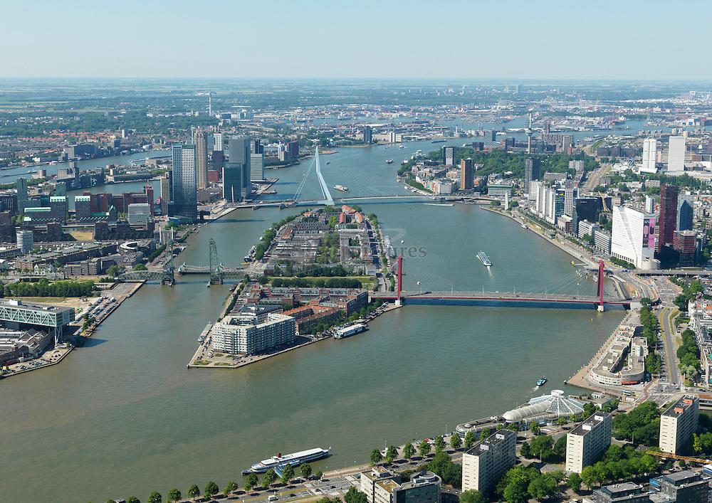 Noordereiland in Nieuwe Maas tussen Rotterdam en Rotterdam Zuid met Willemsbrug en Erasmusbrug