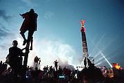 GERMANY - Deutschland LOVE PARADE 1998 -<br /> Techno Parade - shortly before the speech of Dr. Motte; Dancing - LightShow +++;  Kurz vor dem Ende der Parade.Warten auf die Ansprache von Dr.Motte an der  Siegess&auml;ule , Grosser Stern.Berlin 11.07.1998; &copy;christian  JUNGEBLODT..