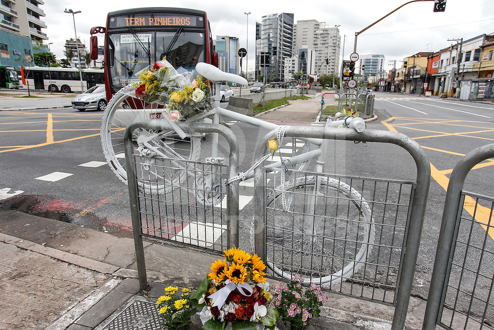SAO PAULO, SP, 09.09.2015 - PROTESTO-SP - Uma Ghost Bike é vista no local onde se acidentou a modelo Mariana Livinalli Rodriguez, na Avenida Faria Lima zona oeste de São Paulo, nesta quarta-feira, 9 . (Foto: Douglas Pingituro / Brazil Photo Press)