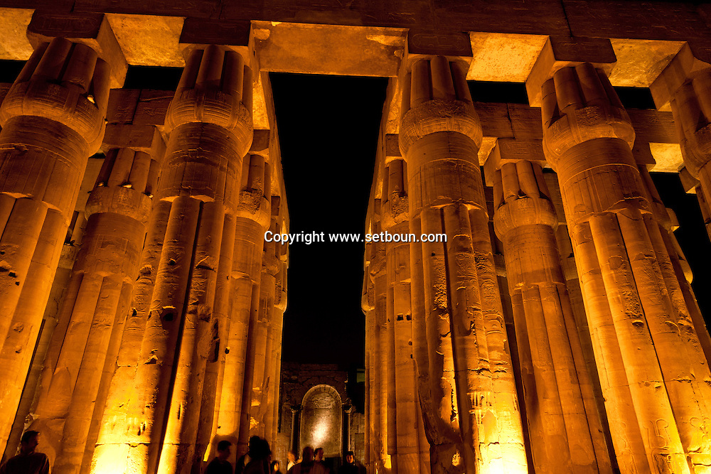 Louxor temple  square courtyard with columns  Louxor - Egypte    /  temple de Louqsor, cour carree a colonnes  Louqsor - Egypt