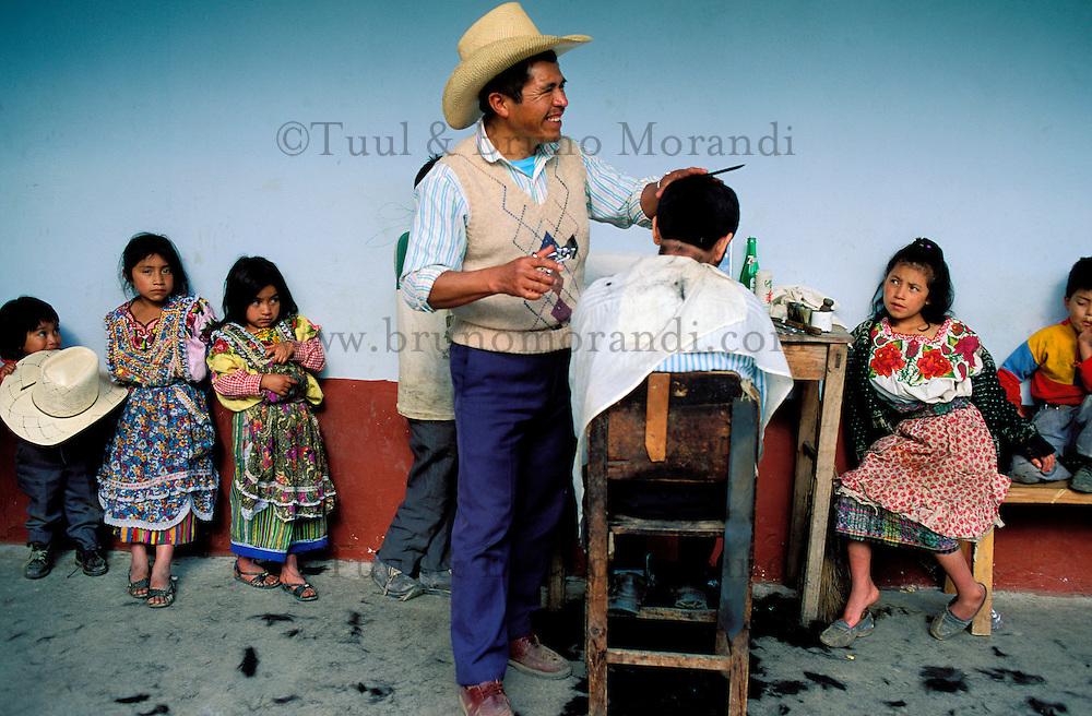 Guatemala - San Andrés Xecul - Coiffeur. // Guatemala - San Andrés Xecul - Hairdresser.
