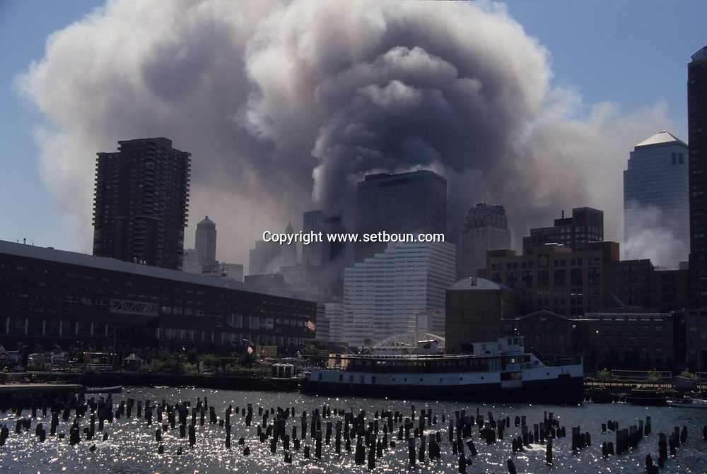 New York. 9/11  terrorist attack on the twin towers of the world trade center towers, the second tower is falling down,  Manhattan  Usa  New york -     /   9 septembre, attaque terroriste sur les tours du world trade center , la deuxieme tour s 'effondre,,  Manhattan   USA