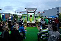 06 AUG 2005, BERLIN/GERMANY:<br /> Joschka Fischer, B90/Gruene, Bundesaussenminister, haelt eine Rede, 48 Stunden Rede-Rallye von Buendnis 90 / Die Gruenen im Rahmen des Bundestagswahlkampfes, Waehlbar, Oranienburger Strasse <br /> IMAGE: 20050807-01-041<br /> KEYWORDS: Wählbar, speech, Zuhoerer, Zuhörer