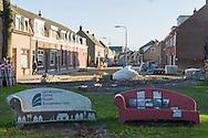 Nederland, Tilburg, 20151126<br /> Speciale bankjes met keramiek staan naast de Hasselt rotonde in Tilburg.<br /> De Social Sofas zijn een initiatief van cabareti&egrave;re Karin Bruers.<br /> Opschrift: &quot;Stichting Wijkraad Goirke, Hasselt en Bouwmeesterbuurt<br /> Op de achtergrond een opgebroken straat.