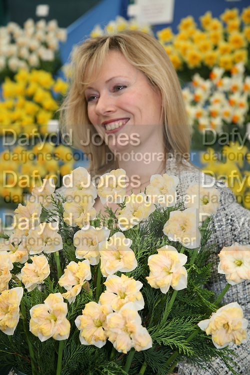 FFION HAGUE, Press Preview of the RHS Chelsea Flower Show sponsored by Saga Insurance Services. Royal Hospital Rd. London. 22 May 2006. ONE TIME USE ONLY - DO NOT ARCHIVE  © Copyright Photograph by Dafydd Jones 66 Stockwell Park Rd. London SW9 0DA Tel 020 7733 0108 www.dafjones.com