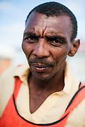 Portret Christopher, een lokale constructiewerker uit township New Brighton.