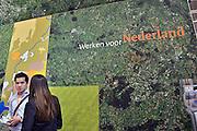Nederland, Amsterdam, 16-3-2013De carrierebeurs in de RAI. Banenmarkt voor kader en hoogopgeleid personeel, mensen.Beurs voor studenten, starters op de arbeidsmarkt met een technische, economische, bedrijfskundige,  juridische of informatica opleiding. Grootste banenmarkt van Nederland voor wie bijna afgestudeerd of werkzoekend is.  De stand van de rijksoverheid,overheid.Foto: Flip Franssen/Hollandse Hoogte