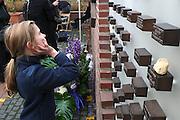 Duitsland, Kleef, 9-11-2008In het Duitse Kleef, vlak over de grens bij Nijmegen, wordt op de plek waar voor de oorlog de Joodse synagoge stond, de Kristalnacht herdacht. Een kind kijkt naar een monument met daarin steentjes met namen van vermoorde joodse inwoners.Foto: Flip Franssen/Hollandse Hoogte