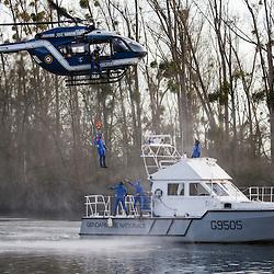 Exercice d'hélitreuillage d'un hélicoptère EC145 de la SAG Velizy-Villacoublay en coopération avec la brigade de gendarmerie fluviale de Conflans Sainte Honorine. <br /> décembre 2015 / Herblay / Yvelines(78) / FRANCE