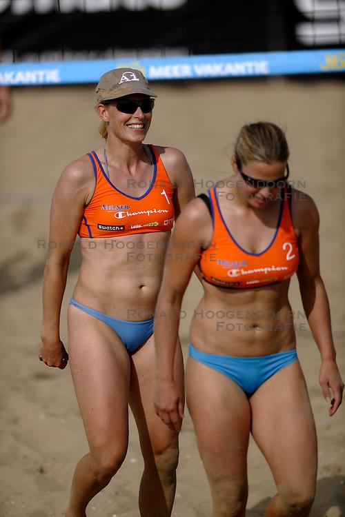 20-08-2010 VOLLEYBAL: NK BEACHVOLLEYBAL: SCHEVENINGEN <br /> At the Scheveningen beach this weekend Jiba NK Beach Volleyball held. / <br /> Elke Schuil-Wijnhoven en Mered de Vries<br /> &copy;2010-WWW.FOTOHOOGENDOORN.NL