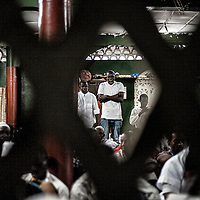 25/07/2014. Conakry. Guinée Conakry. Bidonville de Coronthie. Vue de la mosquée Mor Findjan du quartier pendant la Laïlat Al Qadr (nuit du 26ème au 27ème jour du Ramadan) ©Sylvain Cherkaoui/Cosmos pour M le magazine du Monde
