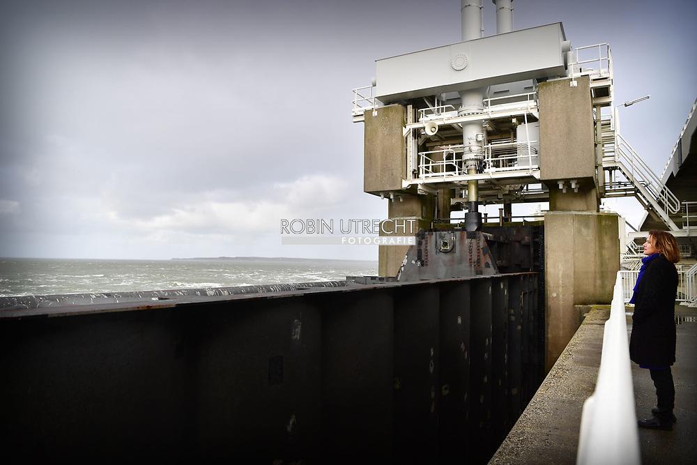 Minister van Infrastructuur en Waterstaat  Cora van Nieuwenhuizen op de oosterscheldekering ROBIN UTRECHT