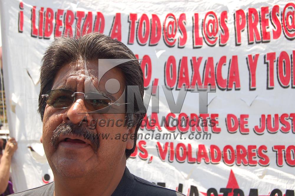 Toluca, Mex.- Un grupo de manifestantes encabezado por Jorge Salinas, grit&oacute; consignas frente a Palacio de Gobierno,  lal cumplirse un a&ntilde;o los hechos violentos en Atenco y Texcoco. Agencia MVT / Alfonso Garc&iacute;a. (DIGITAL)<br /> <br /> NO ARCHIVAR - NO ARCHIVE