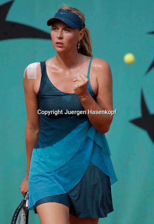 French Open 2009, Roland Garros, Paris, Frankreich,Sport, Tennis, ITF Grand Slam Tournament,  <br /> <br /> Maria Sharapova (RUS) macht die Faust beim Matchball.<br /> <br /> Foto: Juergen Hasenkopf