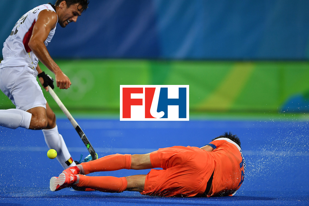 RIO DE JANEIRO, BRAZIL - AUGUST 16:   Robbert Kemperman of the Netherlands (R) falls down during the Men's semifinal hockey match Belgium vs Netherlands at the Olympic Hockey centre on August 16, 2016 in Rio de Janeiro, Brazil.  (Photo by Pascal Le Segretain/Getty Images)