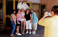 US-LAS VEGAS: Tourists posing with a showgirl..PHOTO GERRIT DE HEUS