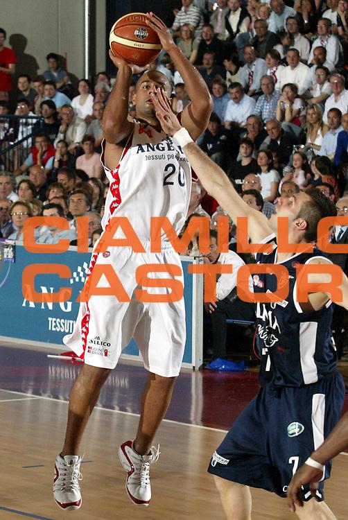 DESCRIZIONE : Biella Lega A1 2005-06 Angelico Biella Climamio Fortitudo Bologna <br />GIOCATORE : Smith<br />SQUADRA : Angelico Biella<br />EVENTO : Campionato Lega A1 2005-2006<br />GARA : Angelico Biella Climamio Fortitudo Bologna<br />DATA : 04/05/2006<br />CATEGORIA : Tiro<br />SPORT : Pallacanestro<br />AUTORE : Agenzia Ciamillo-Castoria/S.Ceretti