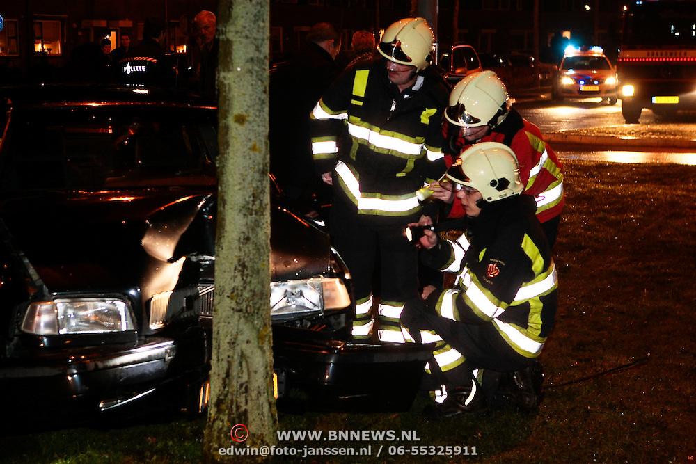 NLD/Huizen/20100105 - auto tegen boom Bovenmaatweg Huizen, vermoedelijk dronken bestuurder, aangehouden door de politie