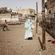 Yayi Bayam Diouf en chemin pour aller braiser les moules
