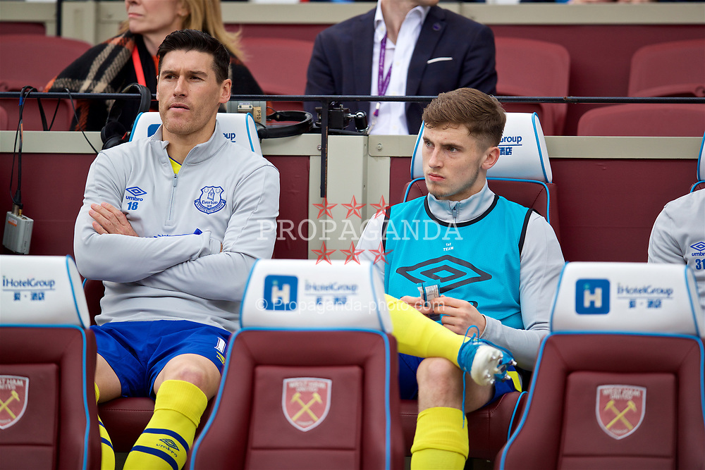 LONDON, ENGLAND - Saturday, April 22, 2017: Everton's substitutes Gareth Barry and Jonjoe Kenny sit on the bench before the FA Premier League match against West Ham United at the London Stadium. (Pic by David Rawcliffe/Propaganda)