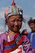 Mongolia. Kidís horse race; naadam of Oulan Bator ; The finish of the horse race at the dalanzadgad Naadam in the Gobi desert.   /  naadam remise des medailles apres les courses du naadam de ( dalanzadgad , desert de Gobi) , la petite vainqueur porte un drapeau rouge sur son bonnet   135    L0006180  /  P0003958