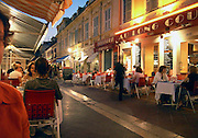 Frankrijk, Nice, 4-9-2006..Pleintje met restaurant en mensen op terras. Historisch stadscentrum...Foto: Flip Franssen/Hollandse Hoogte