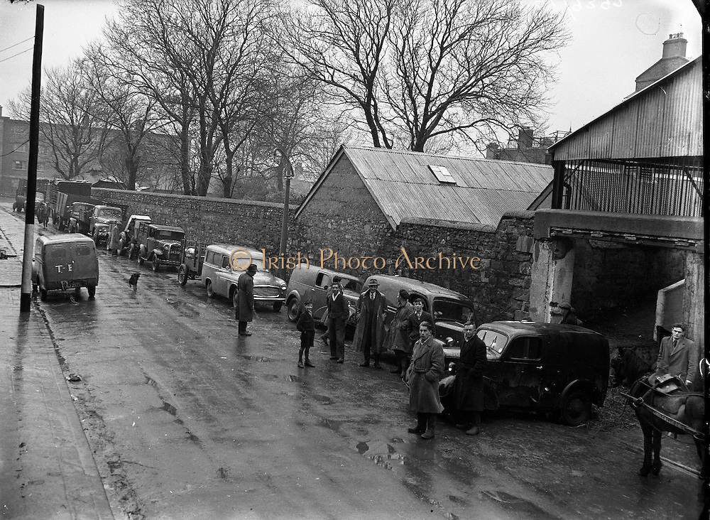 irish Farmers Journal Special - Suppliers Queue at Donnelly's.27/01/1955