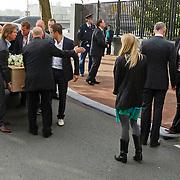 NLD/Amsterdam/20101012 - Herdenkingsdienst overleden Antonie Kamerling, rouwkist word het hotel binnengedragen