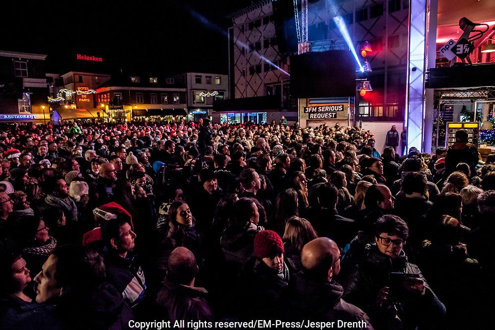3FM dj&rsquo;s opgesloten in het Glazen Huis in Apeldoorn<br /> <br /> Op de foto:   3FM-dj's Domien Verschuuren, Sander Hoogendoorn en Angelique Houtveen in het Glazen huis