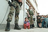 30 APR 2001, KORISA/KOSOVO:<br /> Kleines Maedchen zwischen zwei Feldjaegern der Deutschen Bundeswehr mit Splitterschutzweste, waehrend SPD MdBs eine Schule in Korisa besuchen, die mit Hilfe von Spendenmitteln der SPD BT-Fraktion wieder aufgebaut wurde (im Rahmen eines Besuches beim deutschen KFOR-Kontingent im Kosovo und Mazedonien).<br /> IMAGE: 20010430-01/03-07<br /> KEYWORDS: KFOR, Feldjäger, Soldat, Soldier, Zivilist, Kind Child