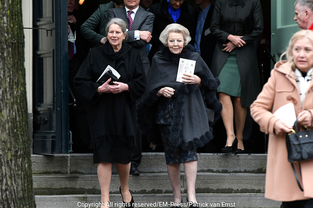 Prinses Mabel heeft in de Grote Kerk in Vlaardingen namens de mede door haar opgerichte organisatie Girls Not Brides de Geuzenpenning in ontvangst genomen.<br /> <br /> In the Grote Kerk in Vlaardingen, Princess Mabel received the Geuzen Medal on behalf of the organization Girls Not Brides, which she co-founded.<br /> <br /> op de foto / On the photo: <br />  Prinses Beatrix en de moeder van Mabel, Florance  /// Princess Beatrix and the mother of Mabel, Florance