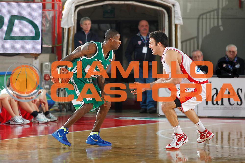 DESCRIZIONE : Varese Campionato Lega A 2011-12 Cimberio Varese Sidigas Avellino<br /> GIOCATORE : Taquan Dean<br /> CATEGORIA : Palleggio<br /> SQUADRA : Sidigas Avellino<br /> EVENTO : Campionato Lega A 2011-2012<br /> GARA : Cimberio Varese Sidigas Avellino<br /> DATA : 11/01/2012<br /> SPORT : Pallacanestro<br /> AUTORE : Agenzia Ciamillo-Castoria/G.Cottini<br /> Galleria : Lega Basket A 2011-2012<br /> Fotonotizia : Varese Campionato Lega A 2011-12 Cimberio Varese Sidigas Avellino<br /> Predefinita :